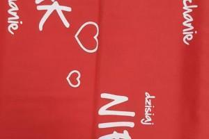 Sklep włókienniczy materiał czerwony z napisami