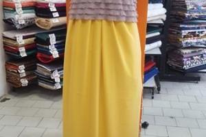 Sklep włókienniczy manekin bluzka brązowa spódnica żółta