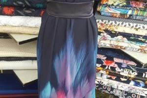 Sklep włókienniczy manekin sukienka z wisiorkiem i paskiem w pasie
