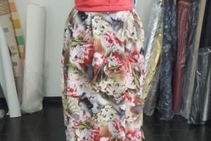Sklep włókienniczy manekin sukienka kolorowe kwiatki