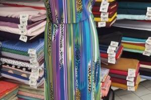 Sklep włókienniczy manekin sukienka kolorowa w ciapki