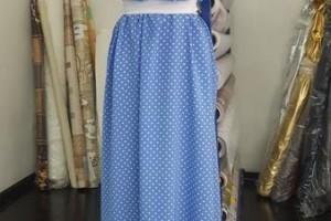 Sklep włókienniczy manekin sukienka niebieska w białe grochy
