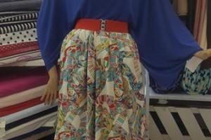 Sklep włókienniczy manekin ubrany w niebieską bluzkę i spódnicę