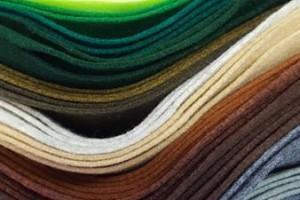 Sklep włókienniczy materiał różne kolory niebieski turkusowy fioletowy zielony brązowy szary