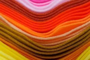 Sklep włókienniczy materiał różne kolory biały żółty czerwony różowy