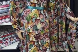 Sklep włókienniczy sukienka w kwiaty liście na manekinie