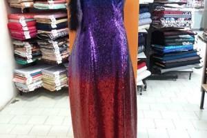 Sklep włókienniczy manekin sukienka niebiesko-fioletowo-czerwona z szalikiem na szyi