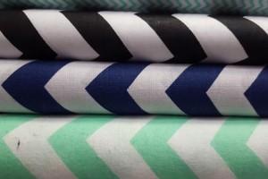 Sklep włókienniczy materiał biały w zygzaki