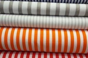 Sklep włókienniczy materiał w paski różnego koloru