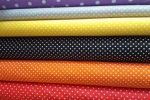 Sklep włókienniczy materiał w groszki różne kolory