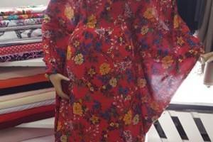 Sklep włókienniczy sukienka w kwiaty na manekinie dla kobiety w ciąży