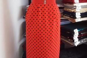 Sklep włókienniczy sukienka na manekinie czerwona w czarne grochy