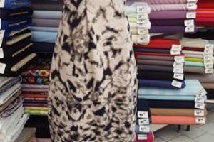 Sklep włókienniczy sukienka biało-czarna na manekinie