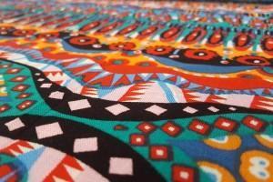 Sklep włókienniczy materiał kolorowy w ciapki