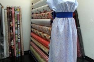 Sklep włókienniczy jasna sukienka na manekinie