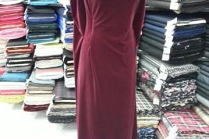 Sklep włókienniczy bordowa sukienka na manekinie