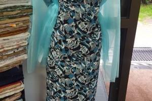 Sklep włókienniczy manekin sukienka z narzutą na ramię