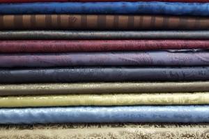 Sklep włókienniczy materiał różne kolory błyszczący