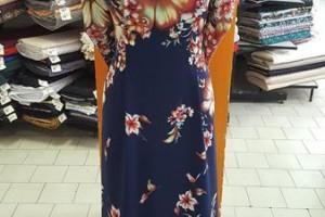 Sklep włókienniczy manekin sukienka w kwiaty granatowa