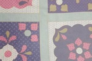 Sklep włókienniczy materiał w kwadraty ze wzorem w kwiatki