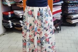 Sklep włókienniczy manekin sukienka w kwiaty z paskiem w pasie