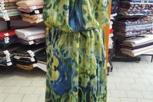 Sklep włókienniczy manekin sukienka w ciapki żółto niebieska
