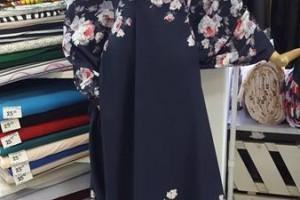 Sklep włókienniczy manekin sukienka granatowa w kwiaty
