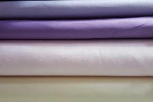 Sklep włókienniczy materiał różne kolory kremowy fioletowy czarny
