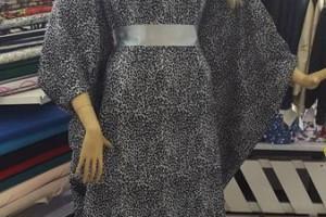 Sklep włókienniczy manekin sukienka z apaszką na szyi