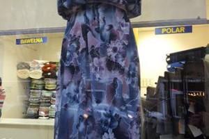 Sklep włókienniczy manekin sukienka w kwiaty fioletowo-granatowa