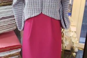Sklep włókienniczy manekin bluzka z broszką sukienka różowa