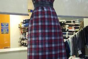 Sklep włókienniczy manekin sukienka w kratkę