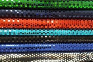 Sklep włókienniczy materiał w krateczkę świecący z cekinami